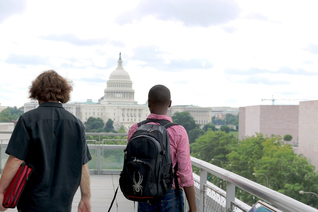 Students with a view of the US Capitol building