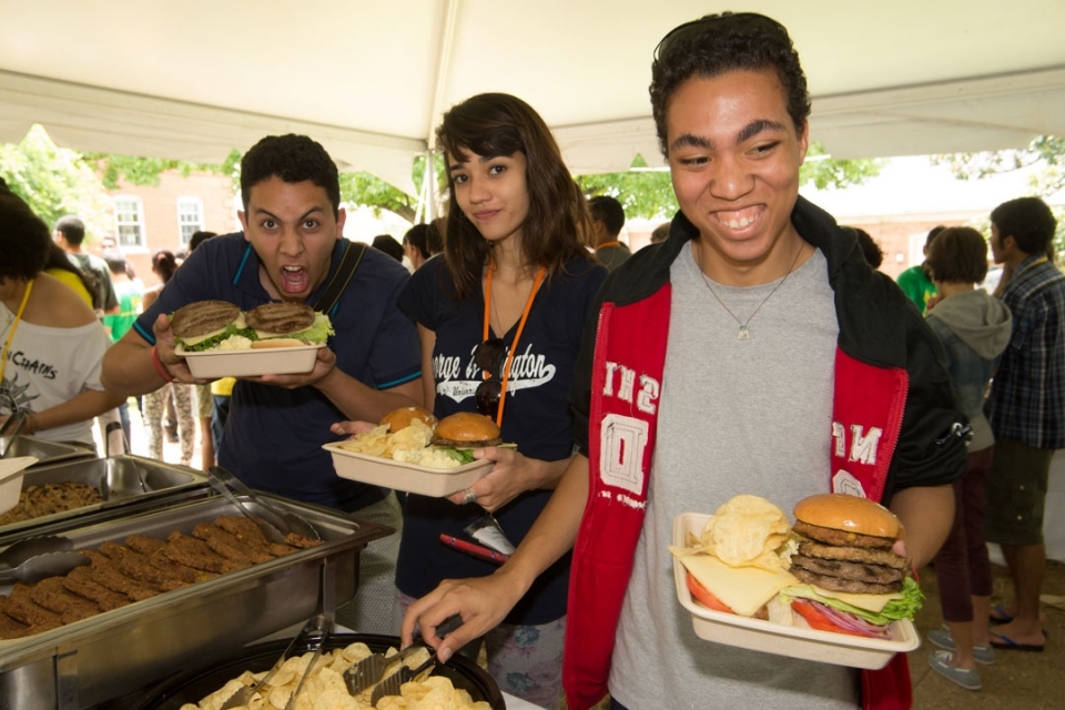 Brasilia Without Border students at a barbecue