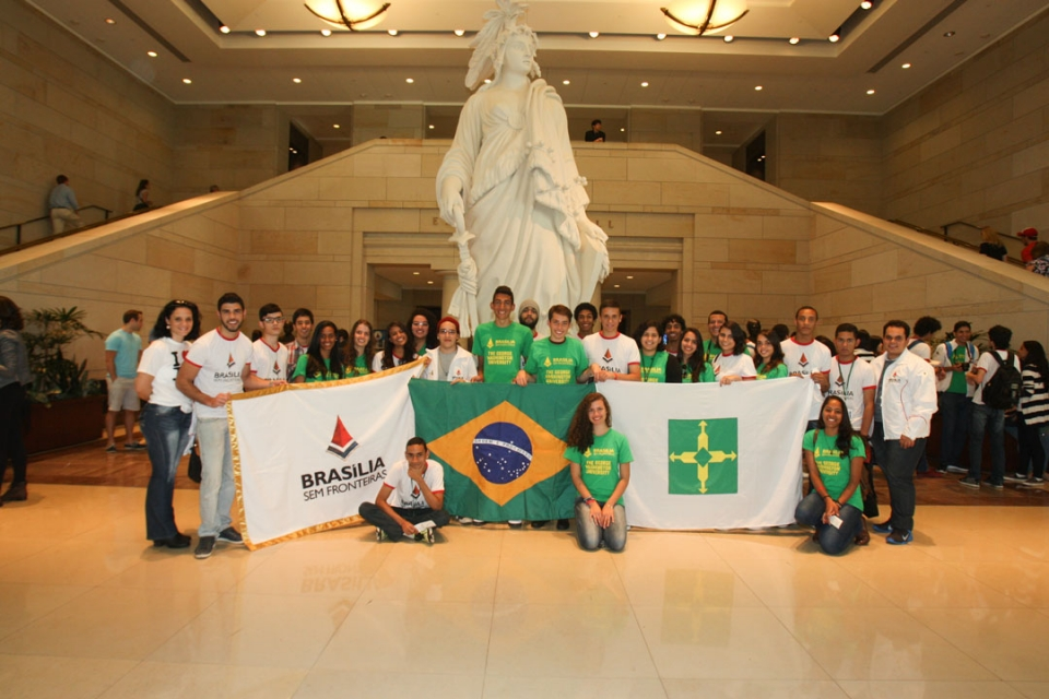 Brasilia Without Border students at the Capitol building