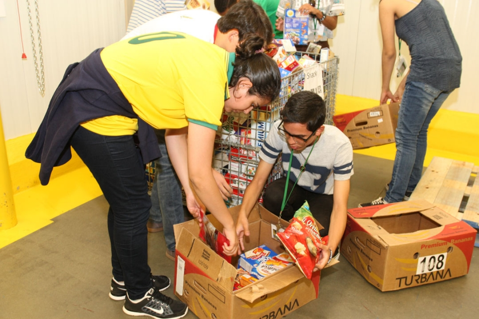 Brasilia Without Border students participating in community service